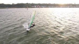 Windsurfing o wschodzie słońca